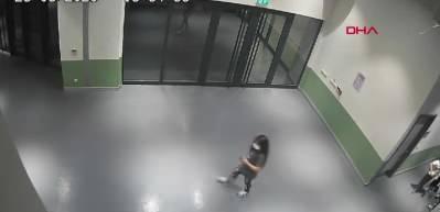 Maske takmadılar diye kendilerini uyaran çocuğu darp eden kadınlar kamerada