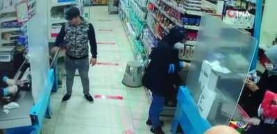 Maskesiz alışveriş yapmak isteyen kişi vatandaşlarla tartıştı