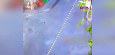 Otomobilin altında kalmaktan son anda kurtuldu! Kaza anı, güvenlik kamerasına anbean yansıdı
