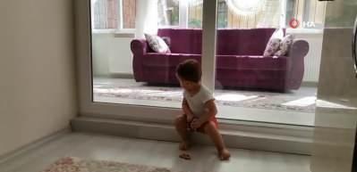 Ordu'da korona virüslü baba, 2 yaşındaki kızını camın arkasından seviyor