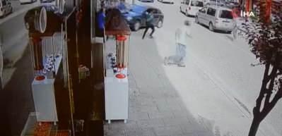 Otomobilin kaldırımda 3 kişiyi yaraladığı kaza kamerada