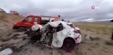 Otomobille minibüs kafa kafaya çırpıştı: 3 ölü, 4 yaralı