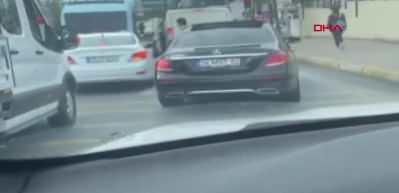 İstanbul'un göbeğinde pes dedirten görüntü! Elinde silahla aracından indi