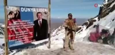 PKK terör örgütünden kurtarılan bölgeye Cumhurbaşkanı Erdoğan'ın posterini astı