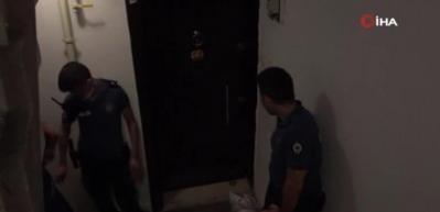 Polis, alıkonulan kadını kurtarmak için kapıyı tekmeledi
