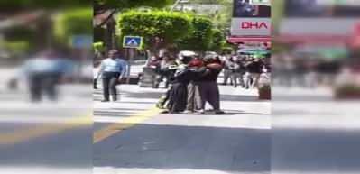 Polis, kavga eden dilenci kadınları biber gazıyla ayırdı