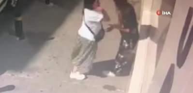 Saçından tutup kaldırıma vurdu! Genç kızların kavgası kamerada!