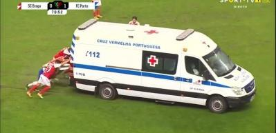 Sahaya giren ambulans çalışmayınca böyle ittiler!