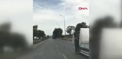 Seyir halindeki aracın direksiyonu bıraktı, ayağa kalktı