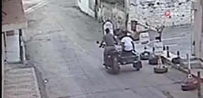 Seyir halindeyken bırakıp kaçtıkları motosiklet, kuryeye böyle çarptı