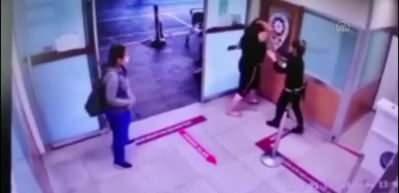 Maske uyarısı kadını deliye döndürdü! Copla polislere saldırdı!