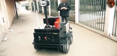 Sokağa çıkanlara robot polisler kimlik soruyor