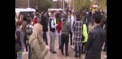 Sosyal mesafe kuralını ihlalden ceza yiyen 100 kişi eylem yaptı