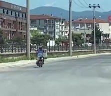 Sokağı boş buldu, motosikleti yatarak kullandı