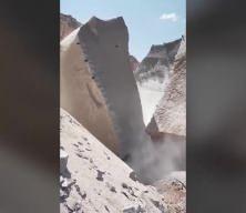 Çekici ile devasa kayaları paramparça ediyor