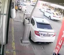 Aracına çarpan kamyoneti durdurmak isterken canından oluyordu!