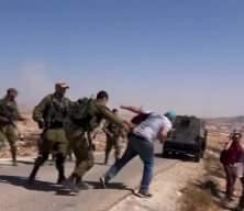 İsrail'in zulmü bitmiyor! İsrail askerinin gazeteciyi yere düşürdüğü anlar kameralara yansıdı