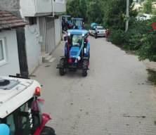 Traktörlerden oluşan sünnet konvoyu