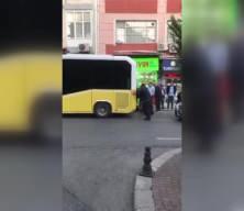 Fatih'te arızalanan İETT otobüsü vatandaşlar tarafından itildi