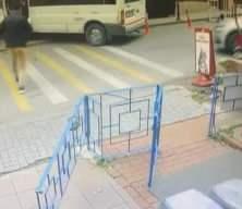 Bebek'te faciadan dönüldü! Servis minibüsü doğalgaz kutusuna çarptı