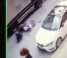Kendisine çarpmamak için kaza yapan motorcuya yardım etmeden gitti