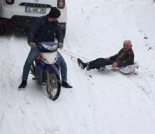 79 yaşındaki Mehmet dedenin 'motosikletli kızak' keyfi