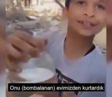 Gazze'de 2 çocuk, akvaryumdaki balıklarını kurtarmanın sevincini böyle yaşadı.
