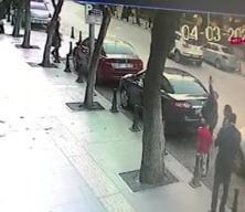 Binadan kopan taş parçalarının çocuğun başına düşmesi kamerada