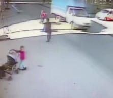 Bu görüntüye yürek dayanmaz! Ayakkabısını bağlayan çocuğu otomobil ezdi