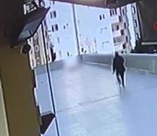 Feci ölüm kamerada! Cep telefonunu kurtarmak isterken 12'nci kattan düştü