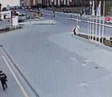 Dehşet anları kamerada! Otomobil direğe çarpıp takla attı