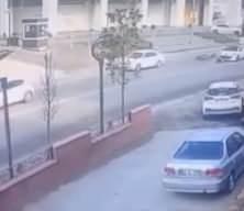 Talihsiz motosikletli, 30 metre sürüklenip aracın altına girdi! Korkunç kaza kamerada