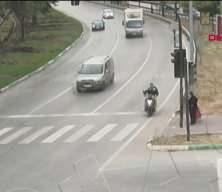 Yaşlı kadın kazadan yarım metreyle kurtuldu