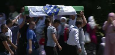 Srebrenitsa Soykırımı'nın 9 kurbanı 25 yıl sonra toprağa verildi