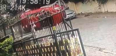 Sultangazi'de boş sokaktaki akıl almaz kaza kamerada