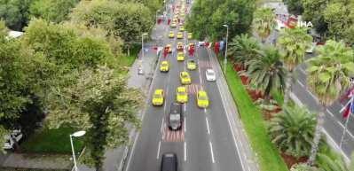 Taksiciler, değişen ulaşım ücretlerine ilişkin İBB önünde eylem yaptı