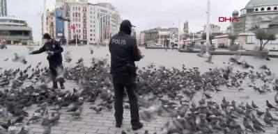 Taksim'de aç kalan güvercinleri polisler besledi
