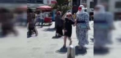 Taksim'de iki dilenci kadın birbirine girdi...Kavga anı kamerada