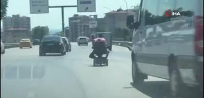 Tehlikeli yolculuk kamerada! Akülü engelli aracıyla yürekleri ağza getirdi