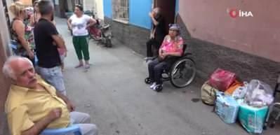 Tekerlekli sandalyeye bağlı olan 75 yaşındaki annelerini sokağa attılar