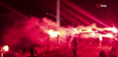 Trabzonspor bayrağının altında taraftarlardan meşale şov