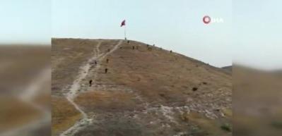 Türk Bayrağını indirmeye çalışan şahıs canını zor kurtardı! İlçe ayaklandı