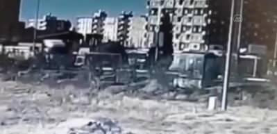 Mardin'de dehşet anları kamerada! Duraktaki panoya afiş asarken tır çarptı