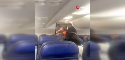 Uçak tuvaletinde mahsur kalan kadın yolcu, acil iniş yaptırdı