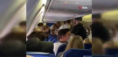 Uçakta maske takmayan 2 yolcuyu tekme tokat dövdüler