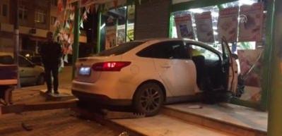 Üsküdar'da otomobil markete girdi