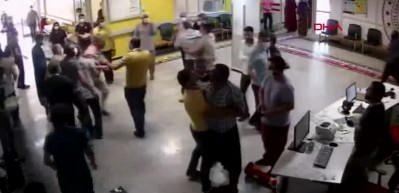 Yaralı yakınları acil serviste görevlilere saldırdı: 5 yaralı