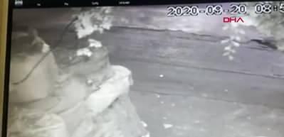 Zeytinburnu'nda iş yerindeki kasadan 350 bin lira çalan hırsızlar kamerada