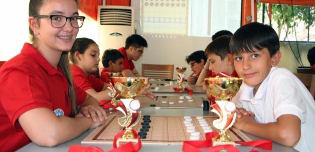 İzmirli çocuklar Estonya'dan kupalarla döndü