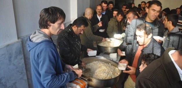 Yüksekova'da vatandaşlara tavuklu pilav ikramı